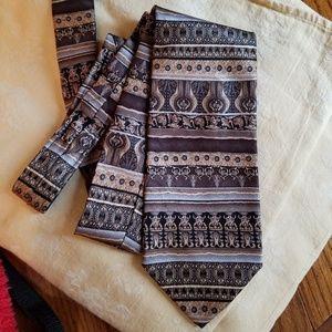 NWT! 100% silk, hand sewn tie by Roundtree & Yorke